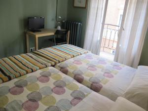 A bed or beds in a room at Pensión Blanca B&B