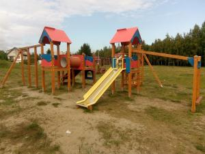Plac zabaw dla dzieci w obiekcie Nowe Domki Pod Lipami