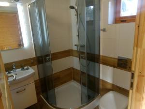 Łazienka w obiekcie Nowe Domki Pod Lipami