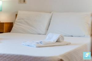 A bed or beds in a room at Sofhia`s Cottage in Vilamoura