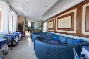 Coin salon dans l'établissement Hotel Nella