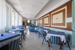 Restaurant ou autre lieu de restauration dans l'établissement Hotel Nella