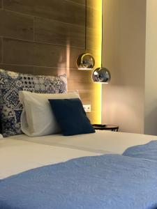 Łóżko lub łóżka w pokoju w obiekcie Elpida Beach Studios