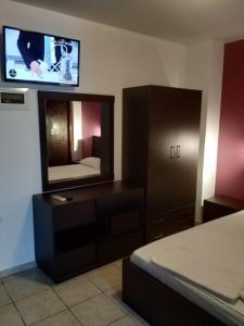 Una televisión o centro de entretenimiento en Mavroforos Hotel