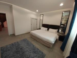 سرير أو أسرّة في غرفة في المنتجع البحري - للعائلات فقط
