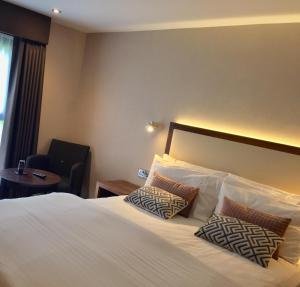 A bed or beds in a room at Best Western Appleby Park Hotel