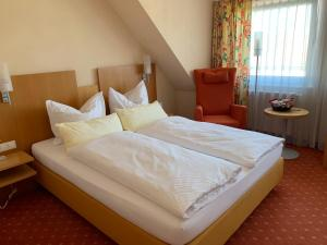 A bed or beds in a room at Akzent Hotel Möhringer Hof