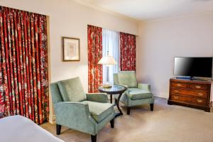 A seating area at Mayflower Park Hotel