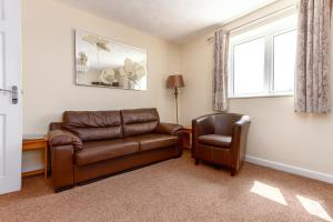 A seating area at Beachcliffe Holiday Apartments