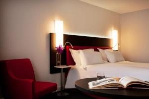 A bed or beds in a room at Mercure Paris CDG Airport & Convention