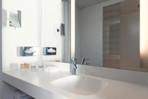 A bathroom at Mercure Paris CDG Airport & Convention