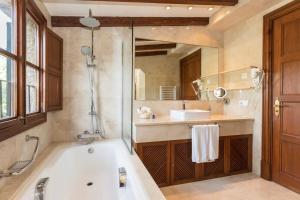 Ett badrum på Hotel Valldemossa