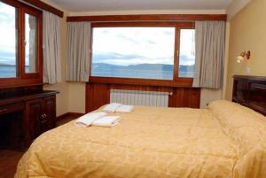 A bed or beds in a room at Costa Ushuaia