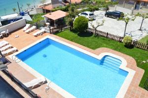 Vista de la piscina de Apartamentos Sinás Playa o alrededores