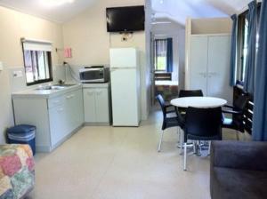 A kitchen or kitchenette at Kookaburra Holiday Park