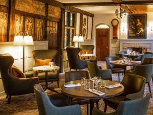 A restaurant or other place to eat at Mercure Farnham Bush Hotel