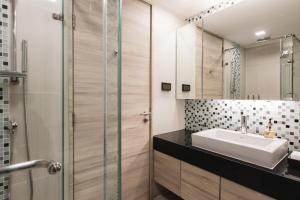 A bathroom at Adelphi Suites Bangkok