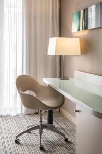 A seating area at Courtyard by Marriott Munich City Center