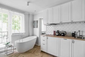 A kitchen or kitchenette at Apartaments Karlikowska Lux