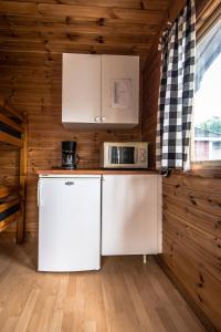 Ett kök eller pentry på Bromölla Camping o Vandrarhem