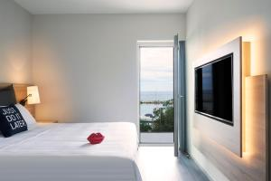A bed or beds in a room at Moxy Patra Marina