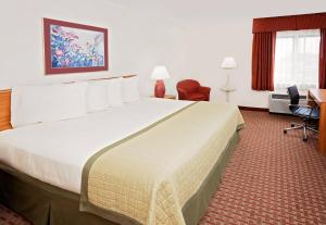 A bed or beds in a room at Baymont by Wyndham St. Joseph/Stevensville
