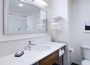 A bathroom at Hampton Inn & Suites Pittsburgh New Stanton PA