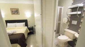 A bathroom at Casa Fanning Hotel