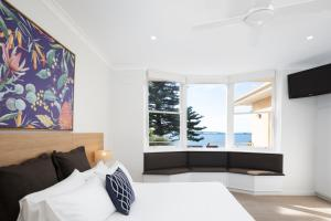A bed or beds in a room at Bay 10 - Suites and Apartments
