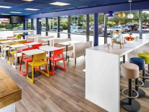 A restaurant or other place to eat at ibis budget Southampton Centre
