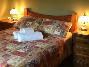 A bed or beds in a room at Acacia Hills Retreat