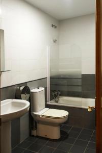 A bathroom at Hostel Catedral Burgos