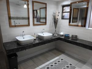 A bathroom at Dungbeetle River Lodge