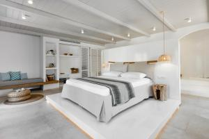 A bed or beds in a room at Arco Solium Suites