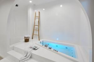 A bathroom at Arco Solium Suites
