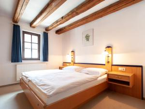 A bed or beds in a room at Gästezimmer im Weingut Wolf