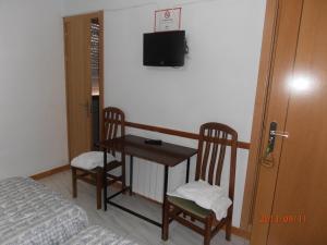 Una televisión o centro de entretenimiento en Hostal Restaurante Las Rejas
