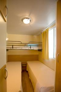 Ein Etagenbett oder Etagenbetten in einem Zimmer der Unterkunft Belvedere Pineta Camping Village Grado