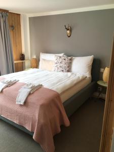 Ein Bett oder Betten in einem Zimmer der Unterkunft BELLEVUE Boutique B&B am Brienzersee / Iseltwald
