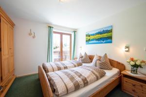 Ein Bett oder Betten in einem Zimmer der Unterkunft Haus Talblick