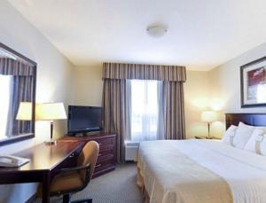 Телевизор и/или развлекательный центр в Holiday Inn & Suites Lloydminster, an IHG Hotel