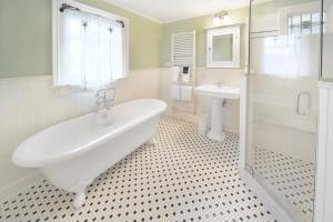 A bathroom at The Springwater Bed and Breakfast