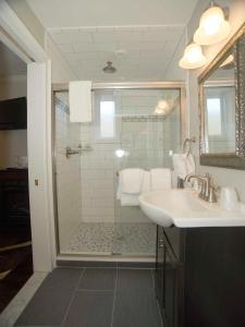 A bathroom at Bellevue Manor