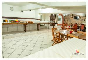 A restaurant or other place to eat at Bandeira Hotel