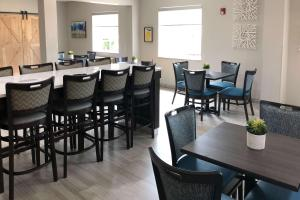 A restaurant or other place to eat at Quality Inn & Suites Roanoke - Fort Worth North