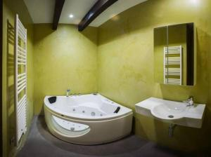 A bathroom at Albergue Boi Romanic Suites