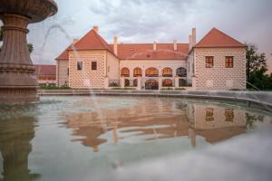 Бассейн в Hotel Zámek Valeč или поблизости