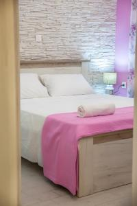 A bed or beds in a room at Alley To The Beach