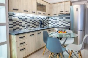 A kitchen or kitchenette at Alley To The Beach