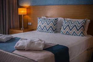 Een bed of bedden in een kamer bij Hotel Do Caracol